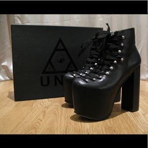 UNIF Hellbounds Sz 7) worn twice, great condition